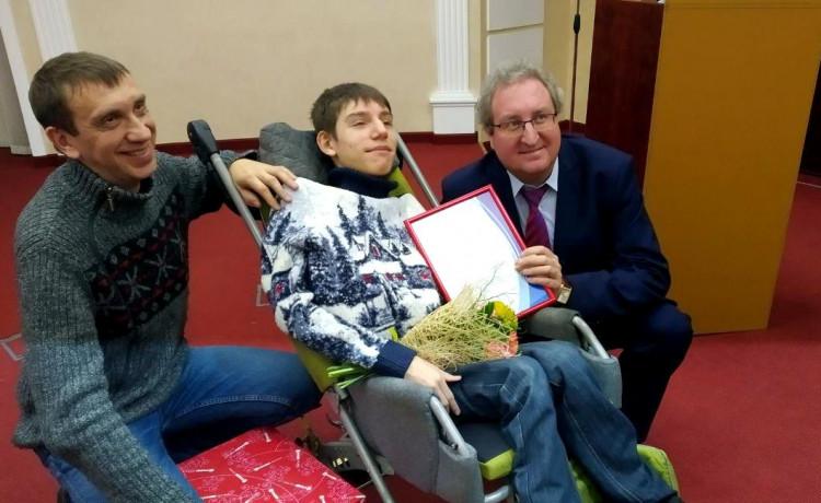 Павел Миков вручил награду невероятному папе Жене