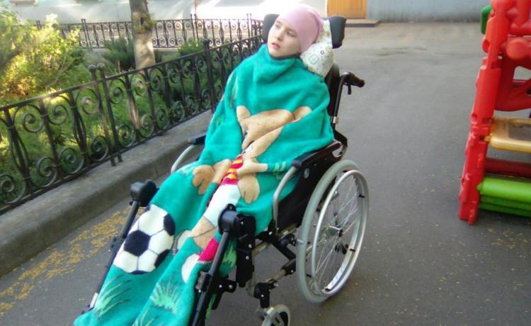 Маша гуляет в новой коляске