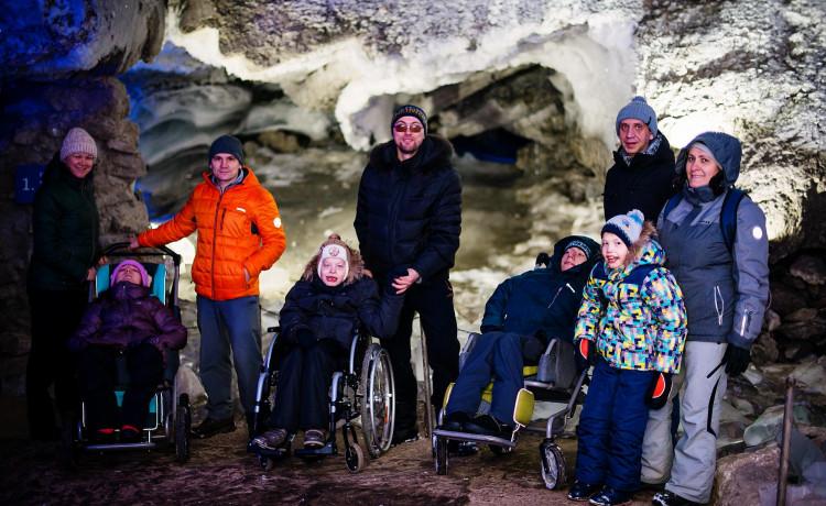 Дети на инвалидных колясках спустились под землю