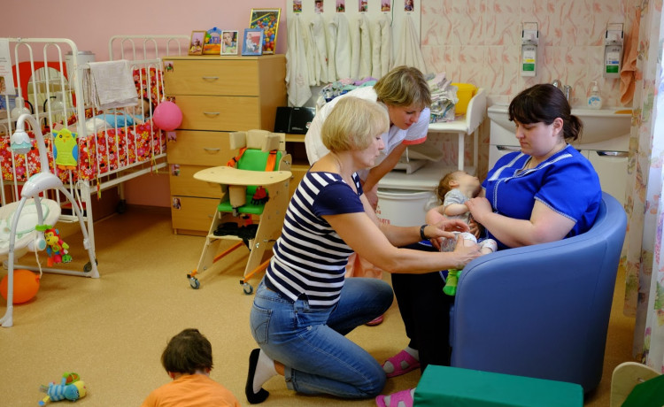 Тренеры детских домов-интернатов создают семейное окружение в учреждениях для сирот с инвалидностью