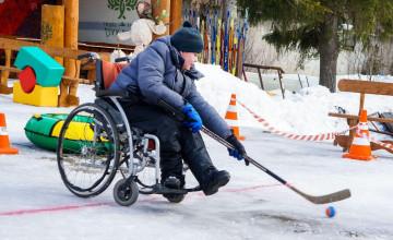 Дети наинвалидных колясках потянули канат исыграли вхоккей
