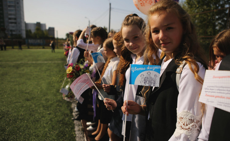 Более 5 000 школьников решили отказаться от лишних цветов на 1 сентября ради помощи тяжелобольным детям