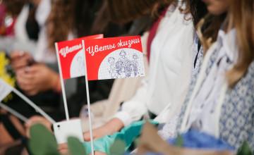 Акция «Цветы жизни» отнимает праздник у детей и учителей?