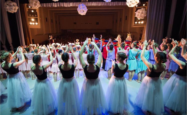 Артисты театра подарили детям-сиротам заботу на Новый год