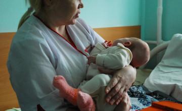Страдают ли дети-сироты, когда расстаются с больничными мамами?