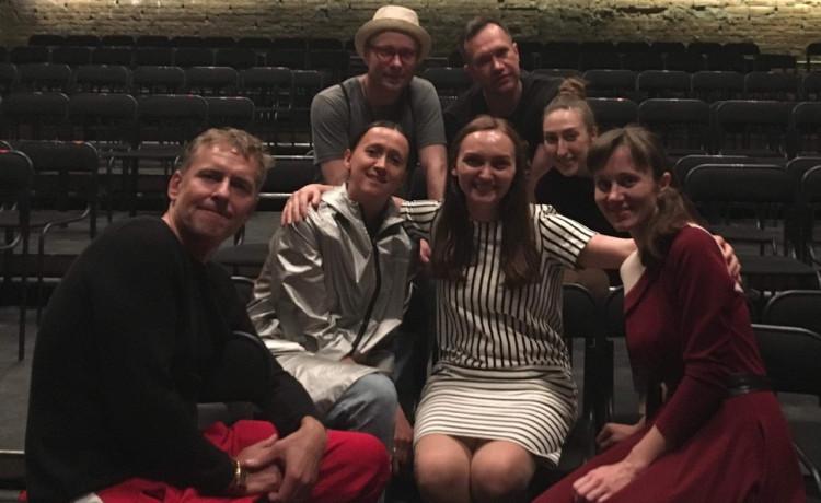 Актёры театра вступили в группу поддержки Богдана