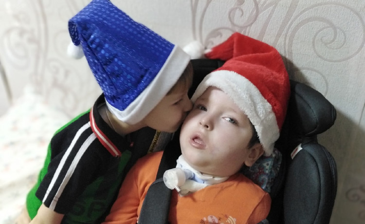 4-летний Макар стал главным помощником мамы в заботе о тяжелобольном брате