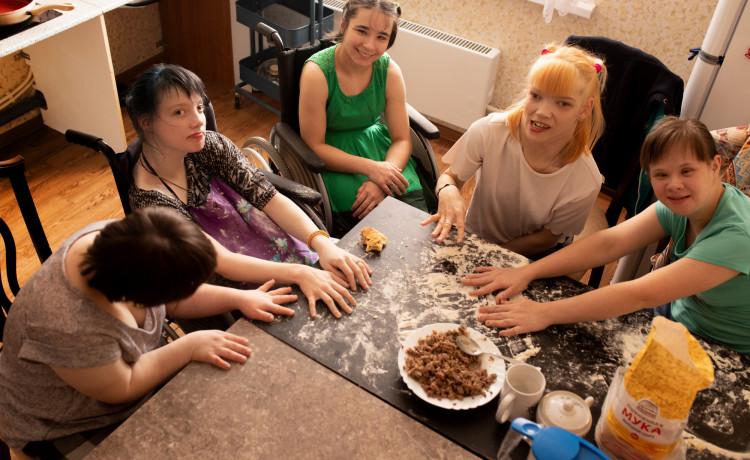 Кулинарные эксперименты вместо привычного меню в столовой: как выпускники интернатов впервые готовят сами