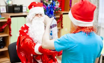 Долгожданная встреча, меры безопасности и новогодние мечты: как в Осе исполнилось больше сотни детских желаний
