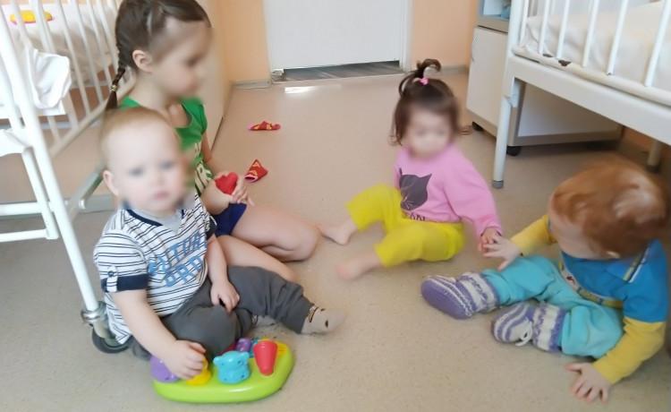 Как старшая сестра помогает больничной маме заботиться о младшей