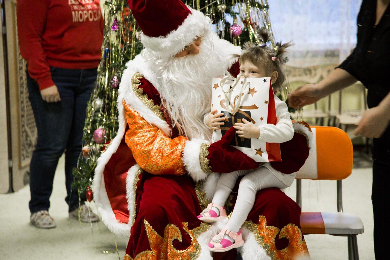 Дед Мороз вручает подарок